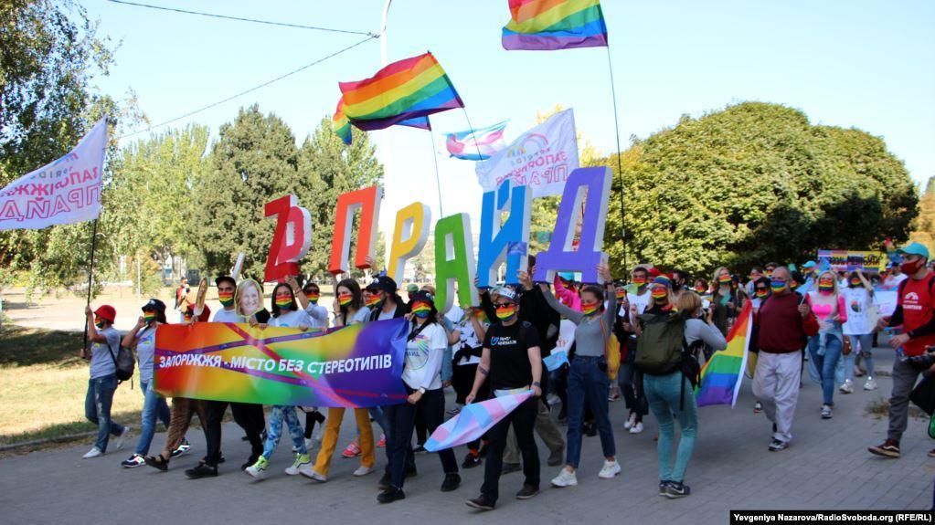 """Активісти з тематичними плакатами із написами """"Запоріжжя - місто без стереотипів"""" / фото radiosvoboda.org"""