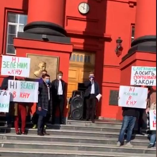 Студенты провели акцию перед главным входом в красный корпус/ скриншот из видео