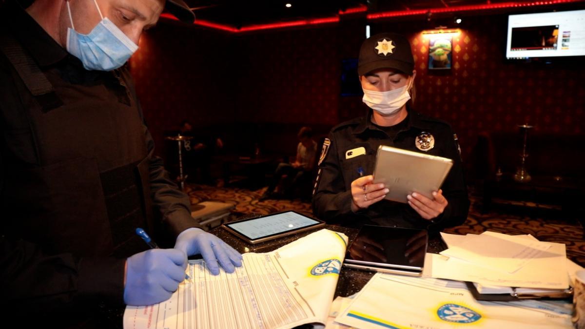 Поліція з понятими оглядають місце злочину