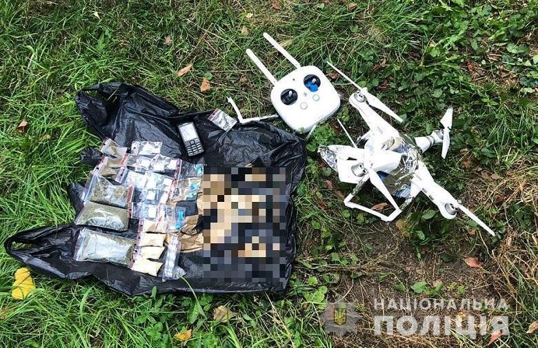 Во время проверки у мужчины обнаружили квадрокоптер и вещества, похожие на наркотические / kyiv.npu.gov.ua