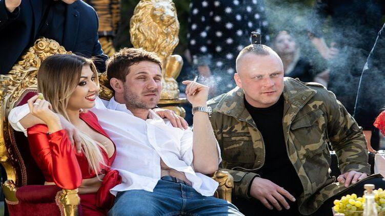 """В фильме """"Петля"""" украинец-сутенер сидит справа от главного героя/кадр с фильма"""