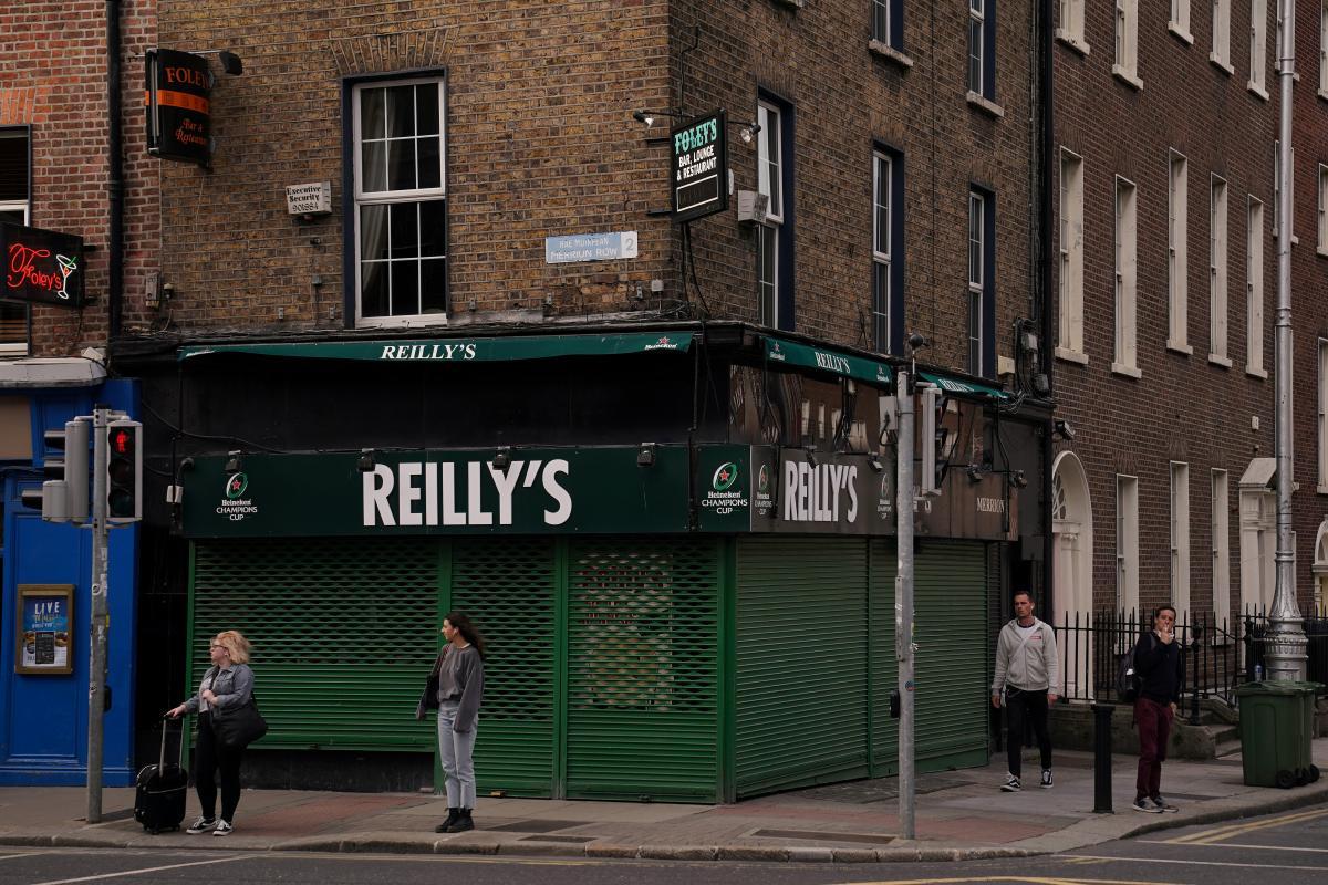 Коронавирус новости - ирландские пабы открылись после шестимесячного карантина / REUTERS