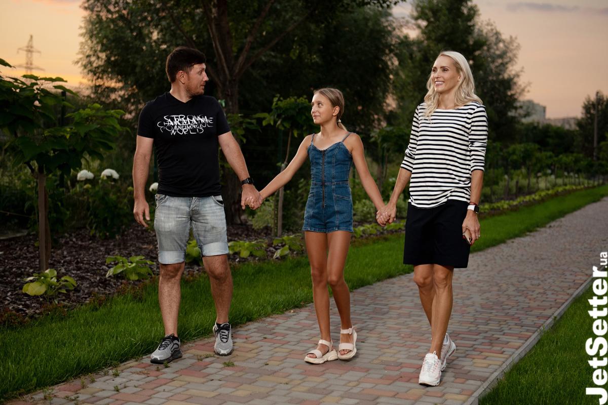 Ольга з чоловіком Денисом Костюком та донькою Діаною; total look Ольги від MARC O'POLO (intertop.ua)
