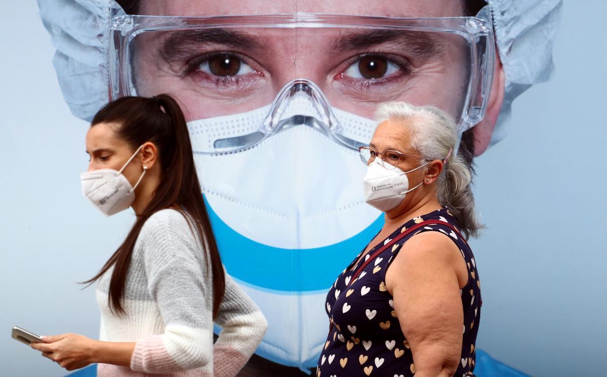 Число инфицированных коронавирусом в мире стремительно растет / фото REUTERS