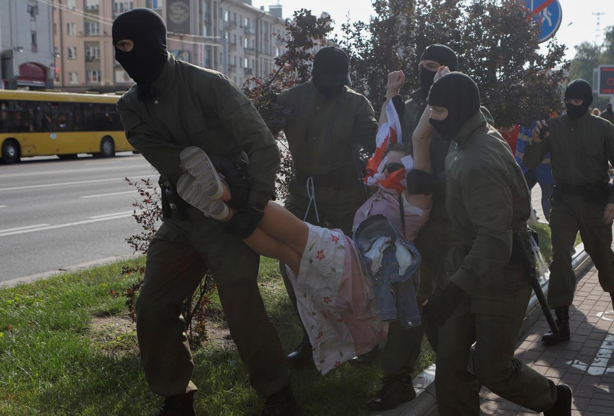 Белорусские силовики массово задерживают протестующих и журналистов / фото REUTERS