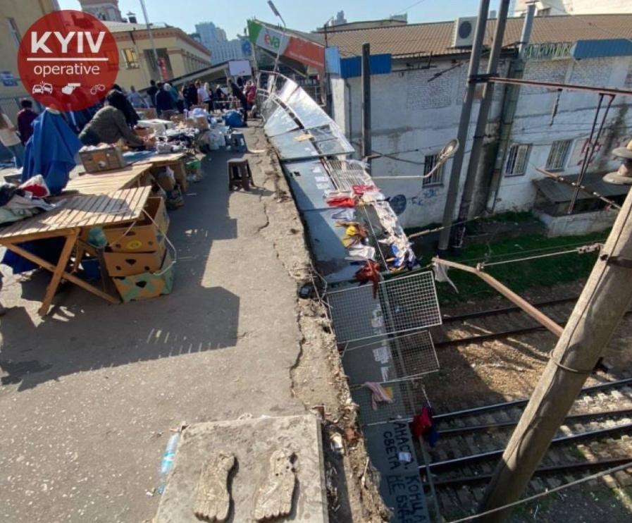 Забор упал прямо на пути \ Киев Оперативный