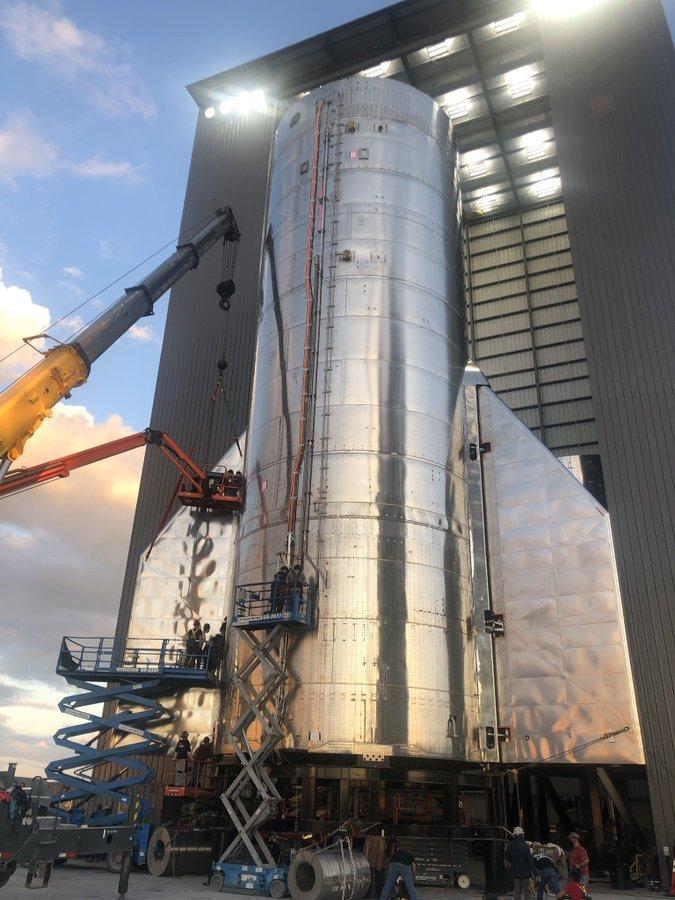Сборка первого корабля SpaceX Starship / фото twitter.com/elonmusk