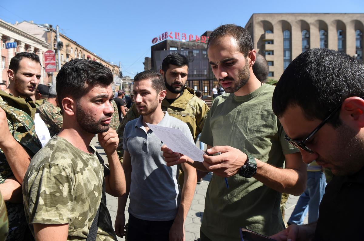 Эльчин Амирбеков просит армян задуматься, что в интересах их народаради его будущего/ фото REUTERS