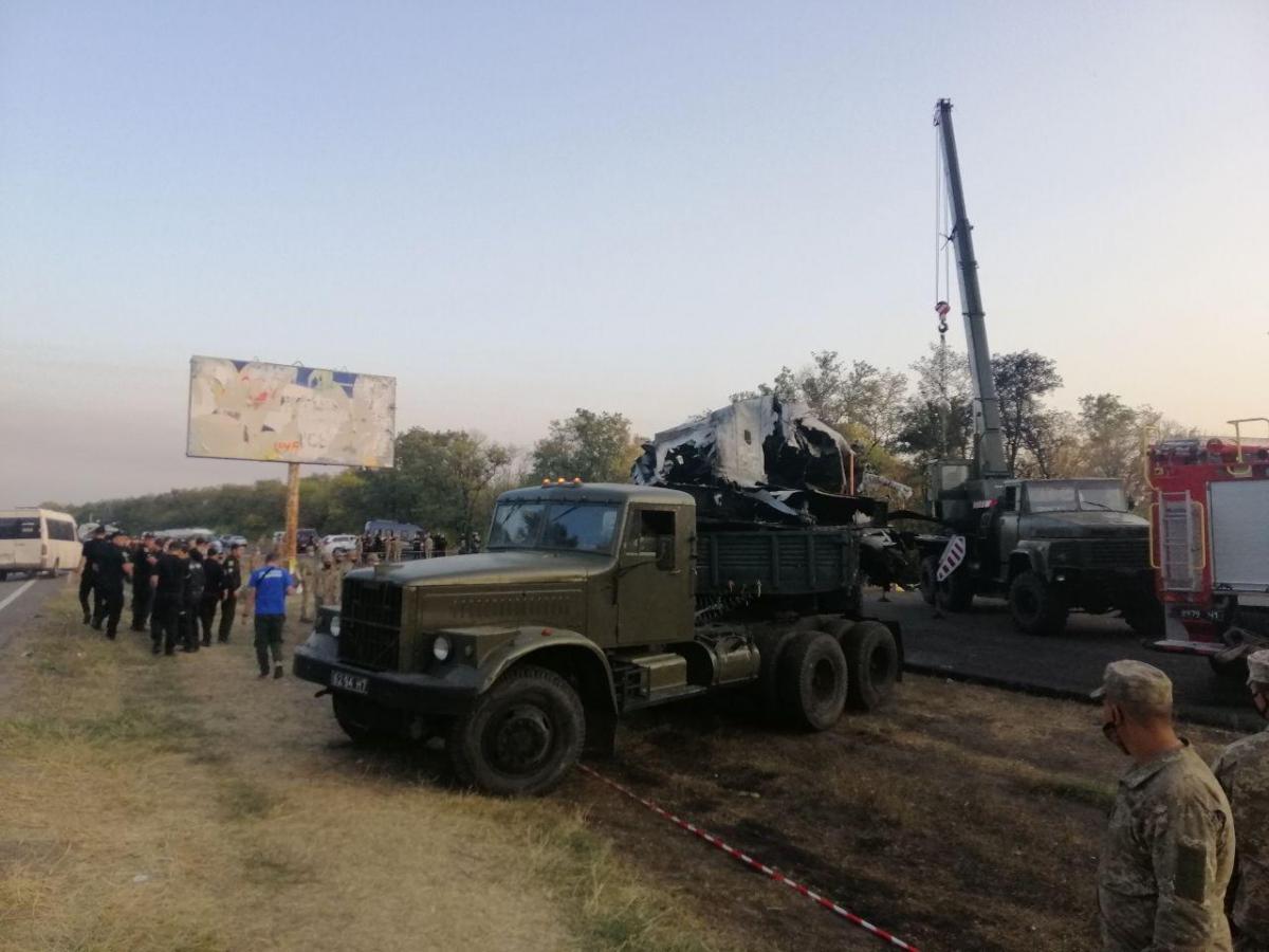 """По словам Министра обороны, """"причиной катастрофы самолета стало то, что он зацепился крылом за землю"""" / фото Влад Абрамов, УНИАН"""