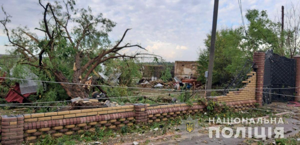 Пошкоджено дахи будівель / Фото Національноїполіції