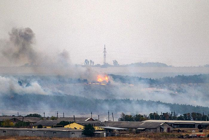 """Гасіння пожежі ускладнюється сильним поривчастим вітром/ фото """"Общежитие"""", Артем Гетьман"""