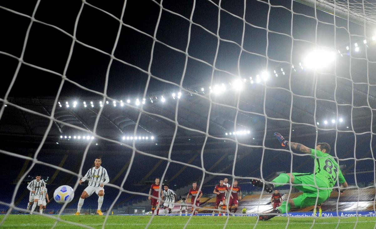 Один из голов Криштиану Роналду забил с пенальти / фото REUTERS
