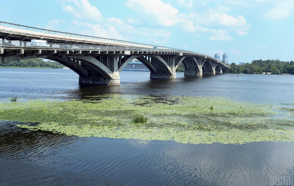 Дослідження якості води в річці Дніпро виявило понад 20 забруднюючих речовин / фото УНІАН