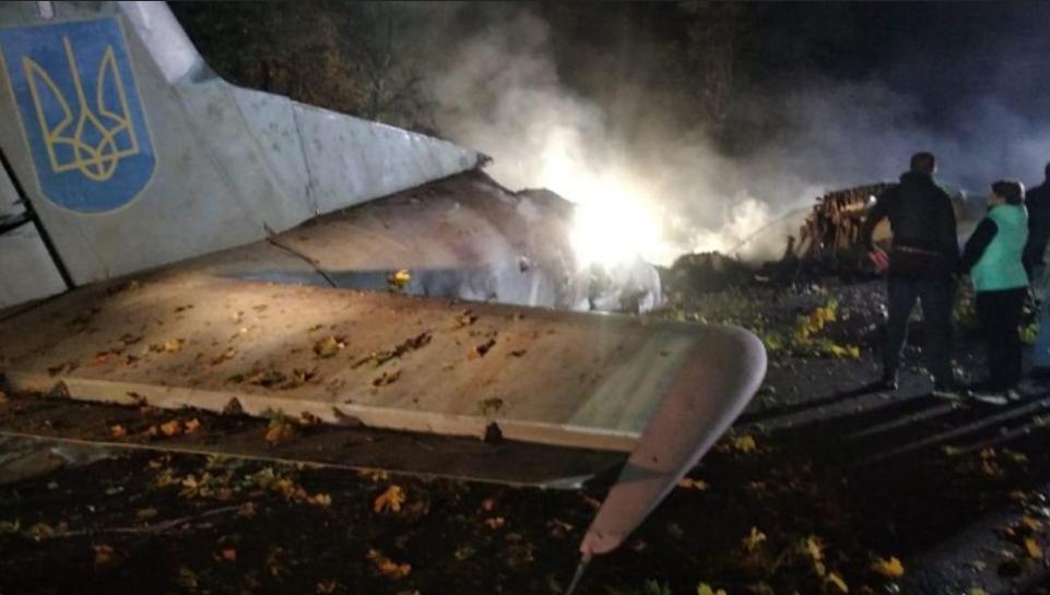 В Харківській області поруч з дорогою впав військовий літакАн-26 / фото dbr.gov.ua