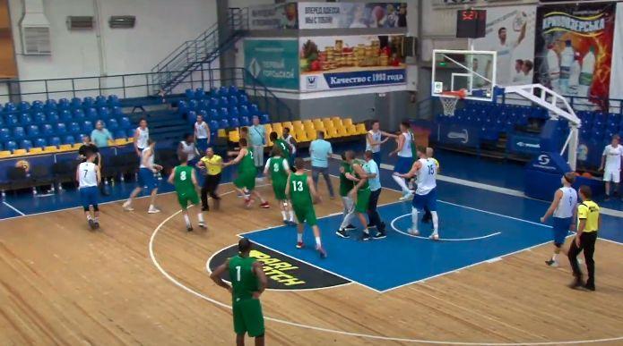 Баскетболисты подрались во время матча / фрагмент из видео