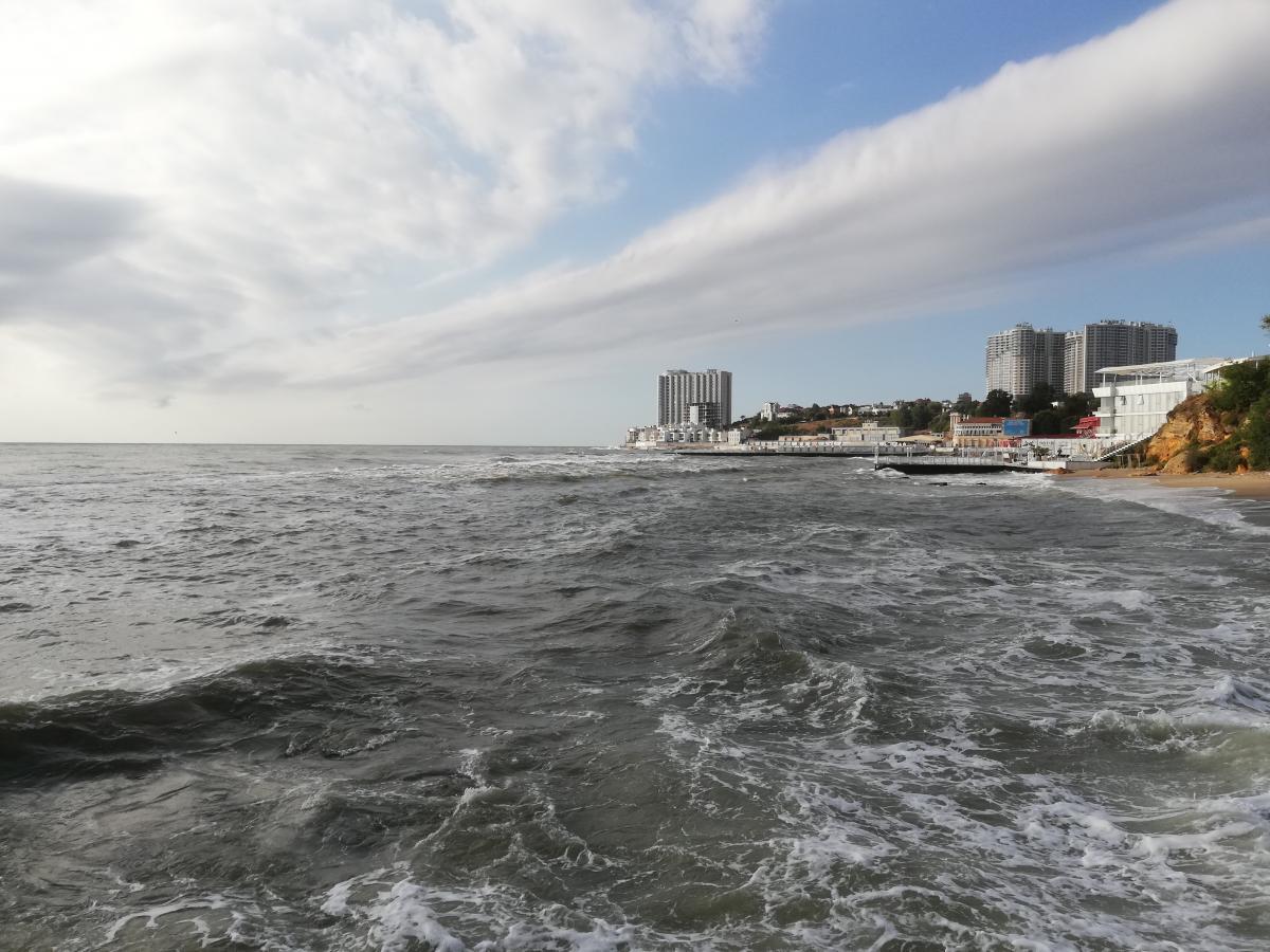 Отдыхающим рекомендуют пока не купаться на одесских пляжах \ фото Марина Григоренко