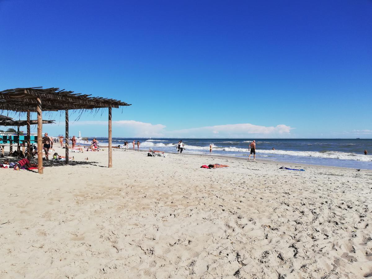 В Одесі не дуже дотримуються дистанції, але в оксамитовий сезон на пляжах вже мало людей / фото Марина Григоренко