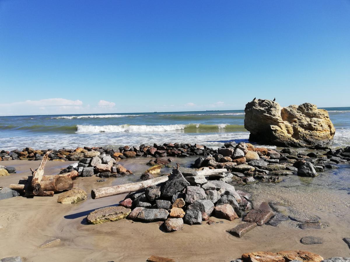 Иллюстрация: с каждым годом море все больше вымывает песок с пляжей / фото Марина Григоренко
