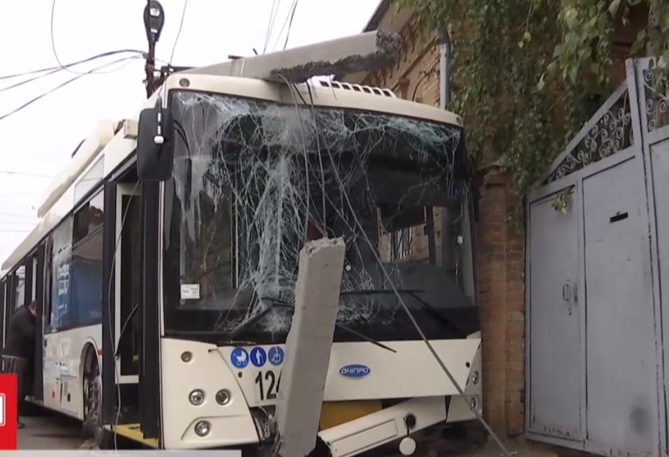 На момент аварии в салоне троллейбуса находились несколько десятков пассажиров / Скриншот