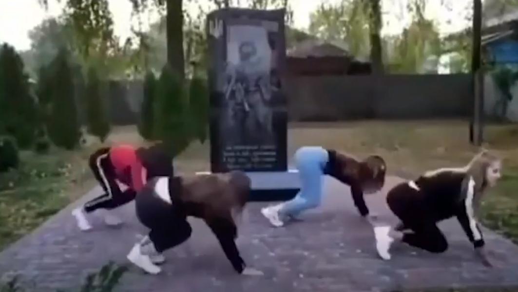 Школьницы станцевали возле памятника погибшим бойцам / скриншот
