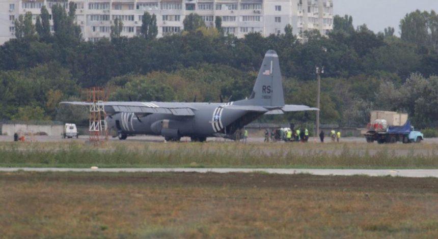 Відмовив двигун: в Одесі здійснив аварійну посадку літак ВПС США (фото)