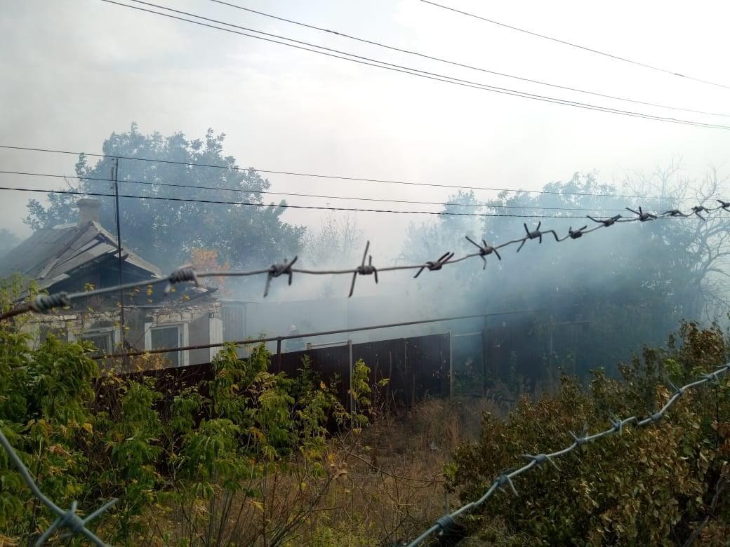 В Станице Луганской горит вся улица, детонируют снаряды боевиков / facebook.com/stnrda
