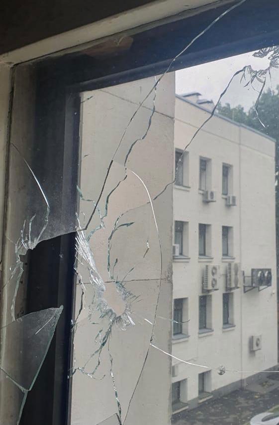 Фасад здания поврежден / фото ВАКС