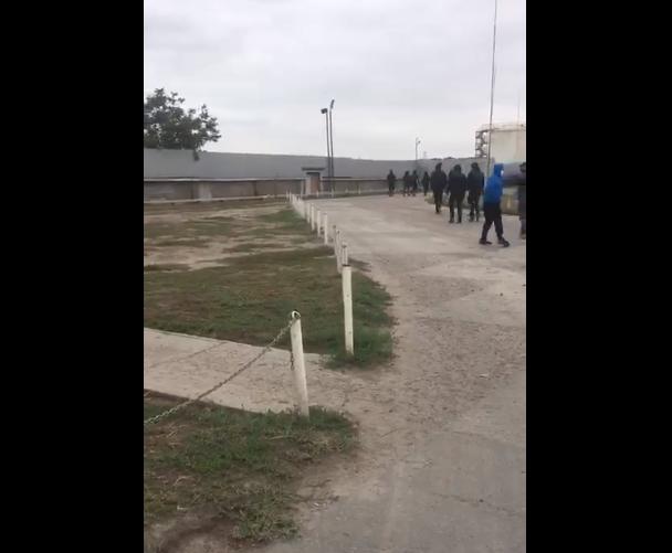 По словам Мельничука, нападавшиеворвались на территорию предприятия и выгнали работников / Скриншот