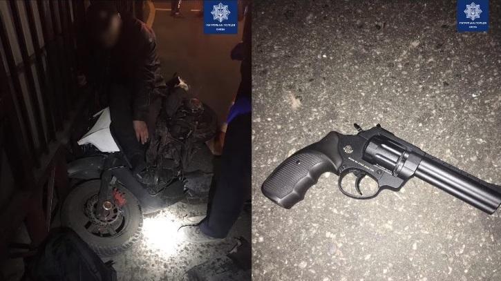У мотоциклиста изъяли предмет похожий на оружие / фото патрульная полиция Киева