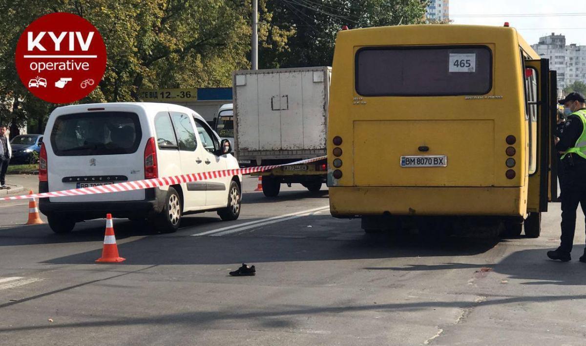 В результате наезда маршрутки погиб человек / фото Киев Оперативный