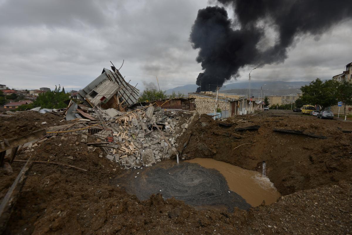 Армяне с Ближнего Востока говорят, что готовы ехать на войну / REUTERS