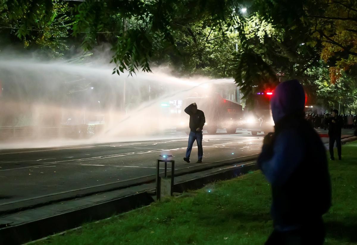 В Бишкеке против людей используют водометы / REUTERS