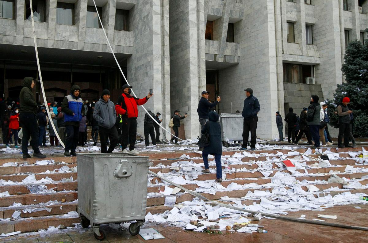 Протесты в Кыргызстане - премьер взял на себя обязанности президента / REUTERS