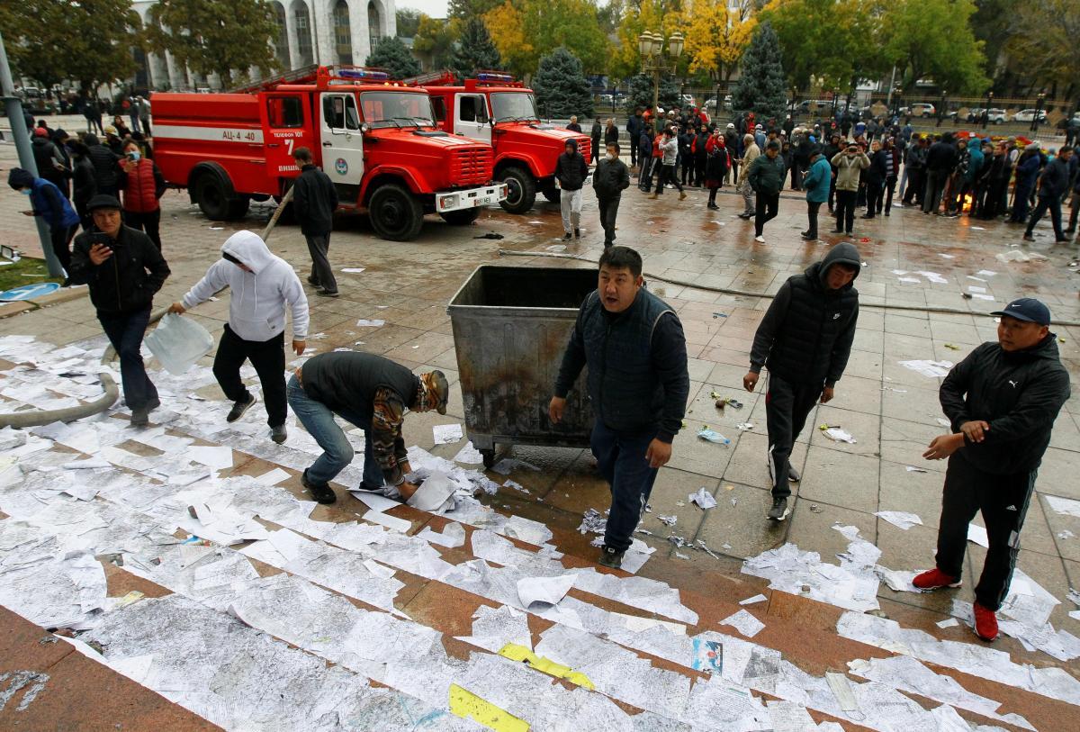В Бишкеке начались столкновения митингующих / фото REUTERS