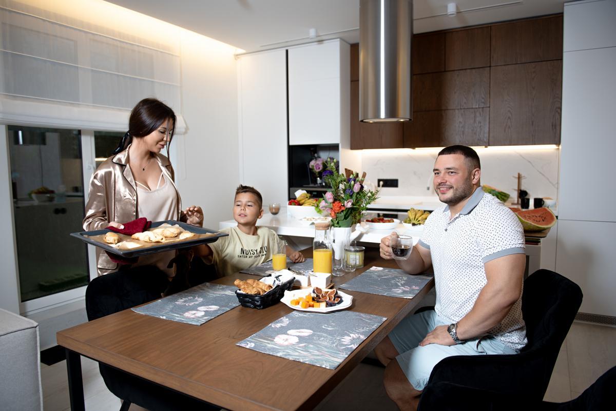 Дмитро Чумак з дружиною Алісою та сином Іваном