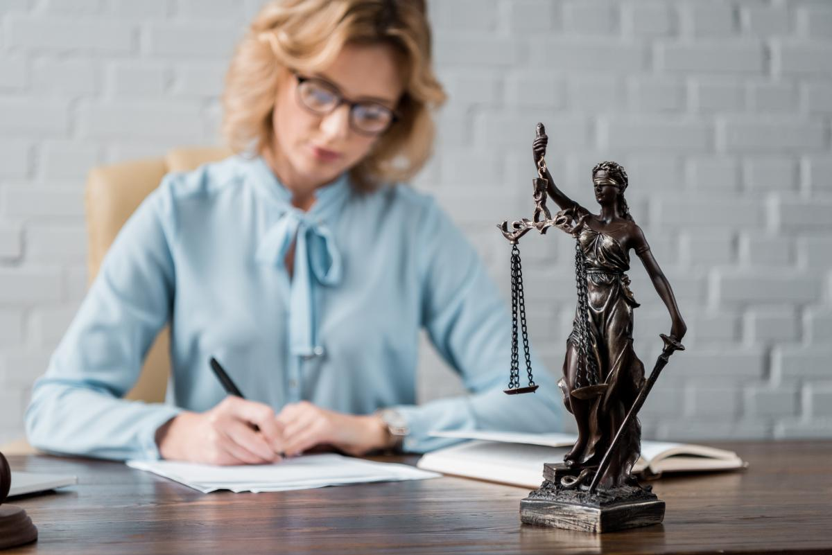 З Днем юриста – найкращі привітання у віршах, прозі та яскравих листівках