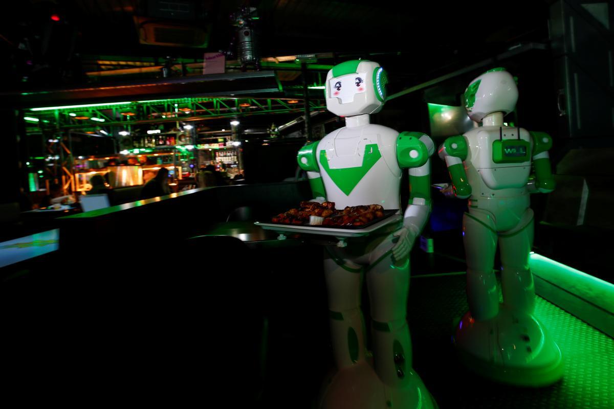 Коронавирус новости - в Японии начнут страховать от роботов / REUTERS