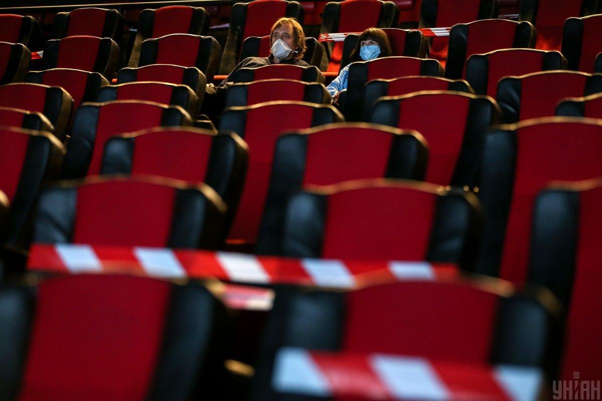 Будівлю театру добре охороняли / фото УНІАН (В'ячеслав Ратинський)