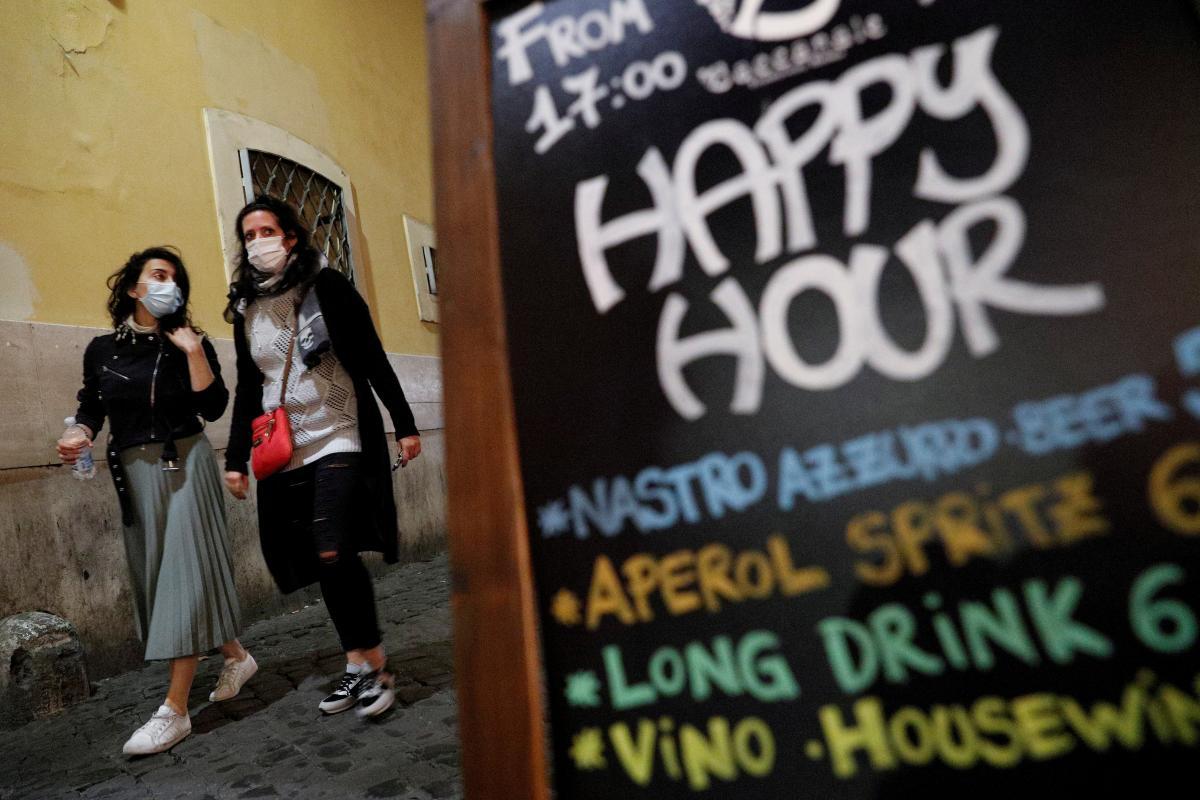 Штрафы касаются и компаний, которые не соблюдают правила в своих помещениях/ фото Reuters