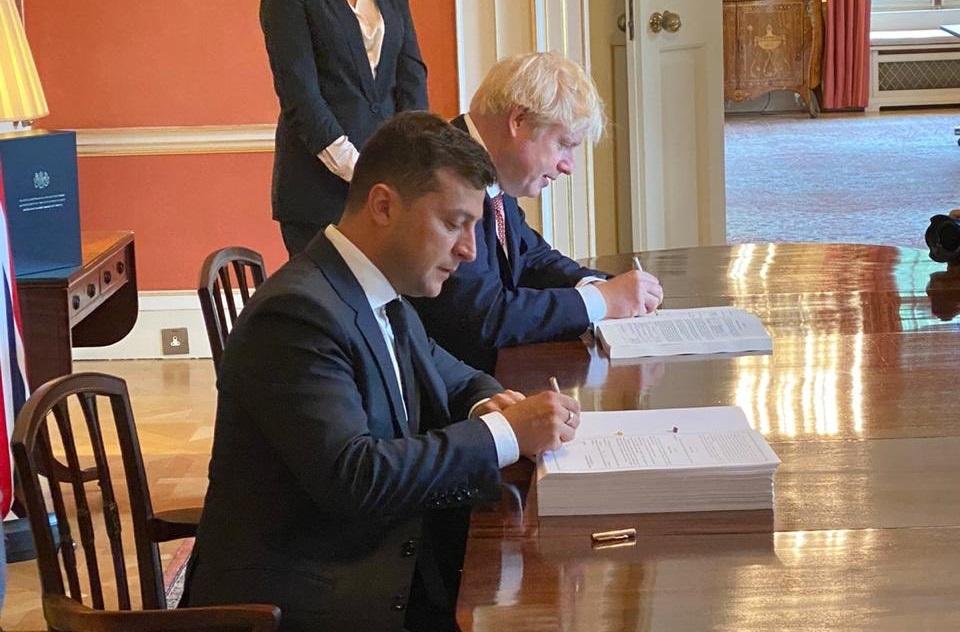 Зеленский и Джонсон подписали соглашение о стратегическом партнерстве / фото twitter.com/DmytroKuleba