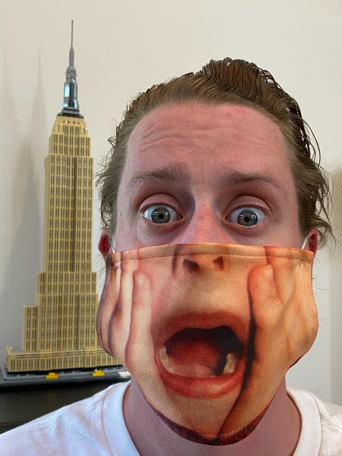 Маколей Калкин в защитной маске / фото twitter.com/IncredibleCulk