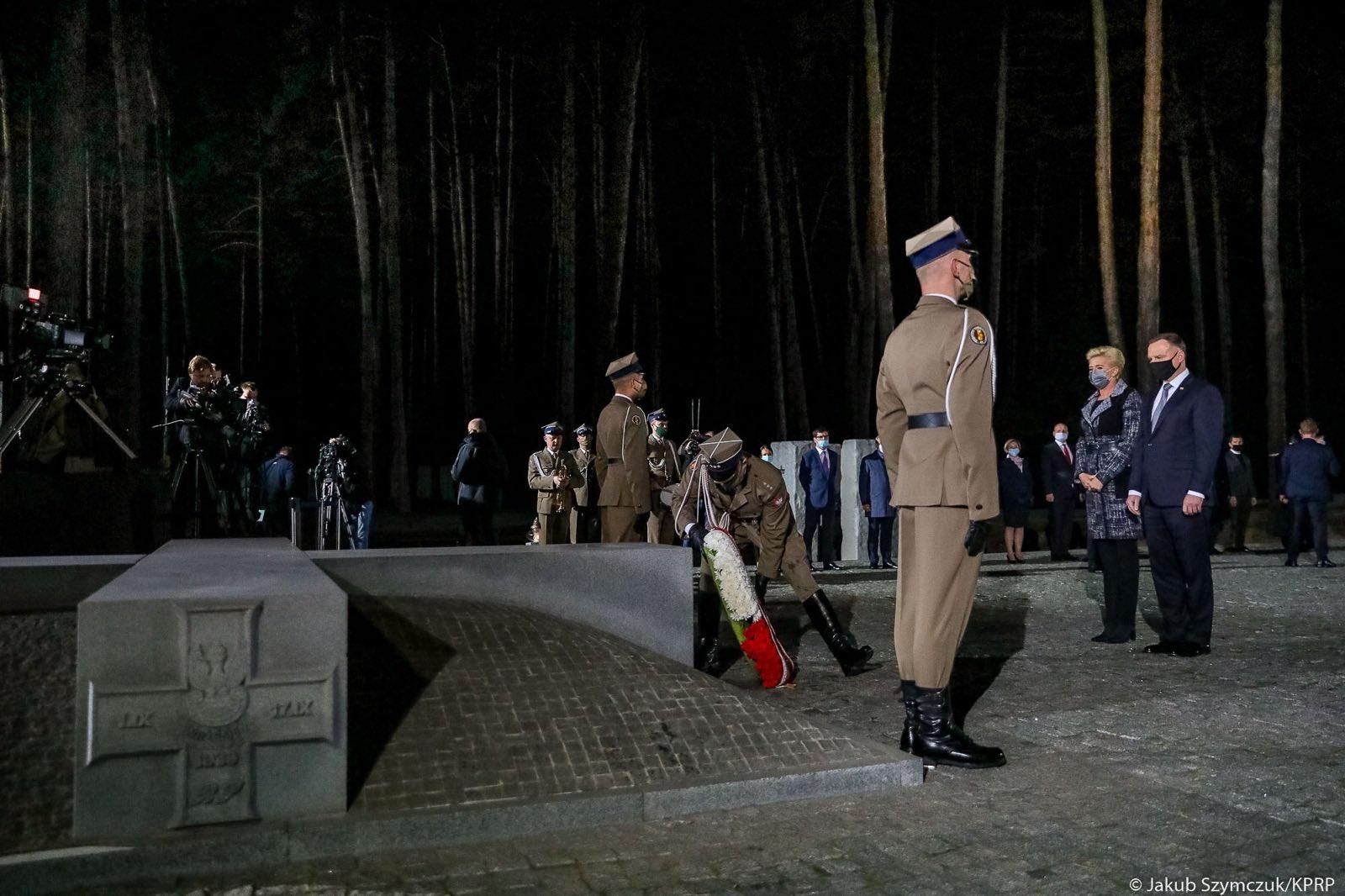 Анджей Дуда посетил польское кладбище в Быковне / фото twitter.com/AndrzejDuda
