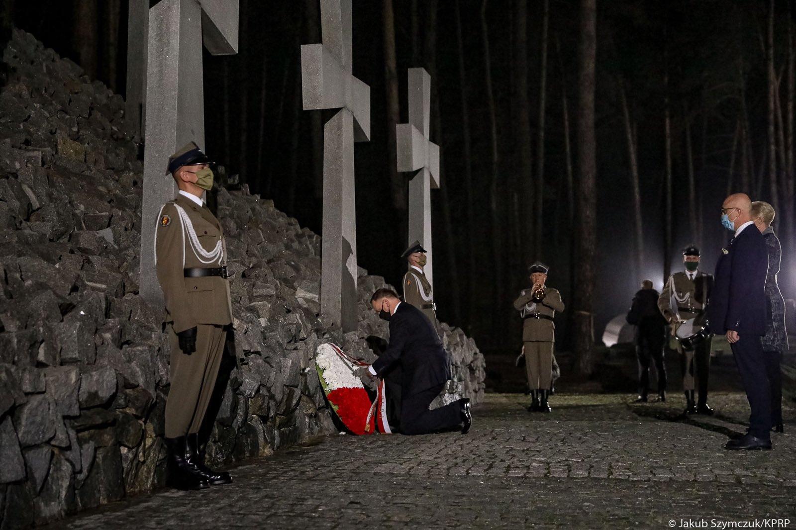 Президент Польши почтил память польских заключенных / фото twitter.com/AndrzejDuda