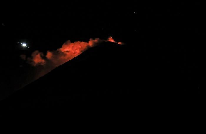 Над кратером наблюдается свечение / Фото Ю.Демянчук