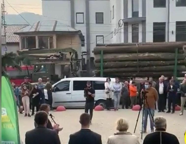На Закарпатье во время предвыборного выступления губернатора на видео попал проезжающий рядом лесовоз / скрин видео