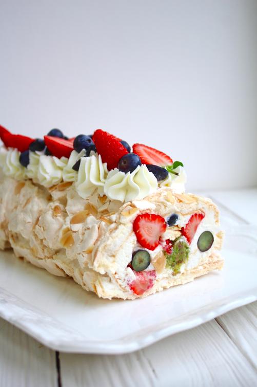 Меренговый ягодный рулет рецепт / фото pinterest.com
