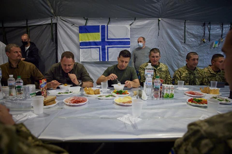 Це фото з військовими, Єрмаком і Зеленським раніше поширили в мережі / фото facebook.com