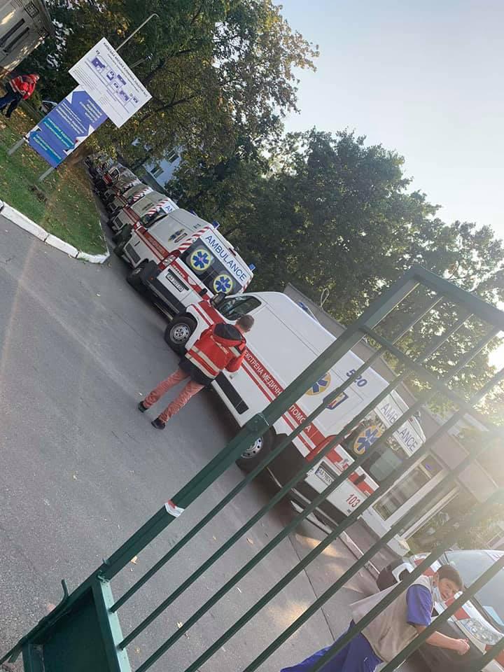 """""""Скорые"""" скопились возле больницы / Los Solomas Facebook"""