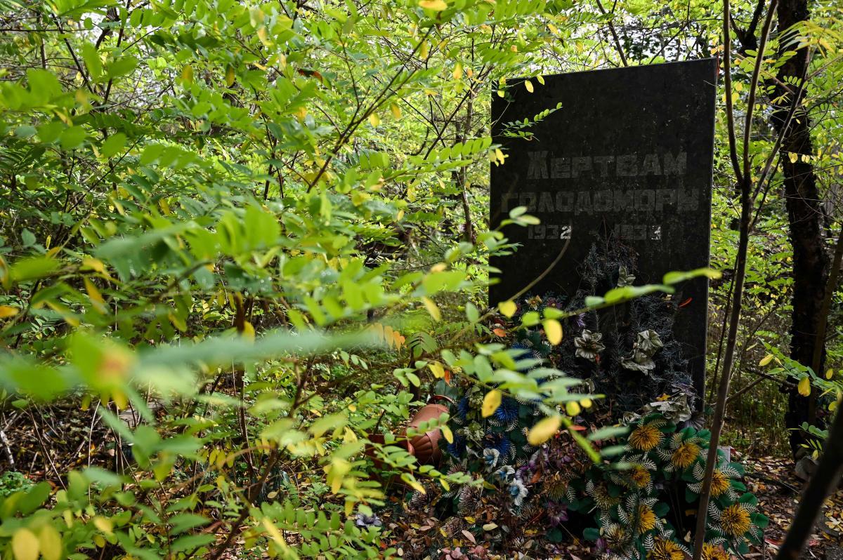 Памятник жертвам Голодомора поставили на кладбище еще в 80-х. На его открытии секретарь райкома заявил: «Теперь поминальный день - 9 мая». Народ ответил: «Как приходили на «гробки», так и будем» /фото УНИАН, Вячеслав Ратынский