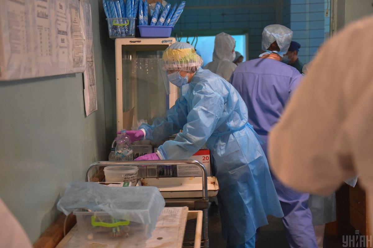 Сейчас областная инфекционная больница заполнена на 100% - все 290 коек, из них 12 - в реанимации / фото УНИАН, Александр Прилепа